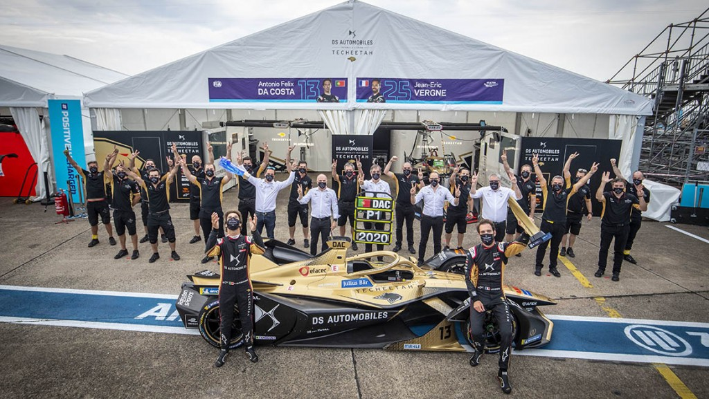 BERLIN TEMPELHOF AIRPORT, GERMANY - AUGUST 13: Jean-Eric Vergne (FRA), DS Techeetah, and Antonio Félix da Costa (PRT), DS Techeetah, with team during the Berlin E-Prix VI at Berlin Tempelhof Airport on Thursday August 13, 2020 in Berlin, Germany. (Photo by Sam Bloxham / LAT Images)